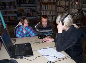 atelier écoute avec la maman de Lou Anne.Nous avons écouté l'histoire d'Illa de Saint-Pétersbourg qui vit dans la rue.
